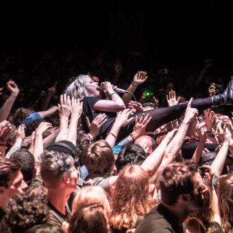 Crystal Castles, Concert à L'Olympia, 13 juin 2013 (Nikon D4 - 70.0-200.0 mm f/2.8) - Cela fait partie des photos à risque. Le groupe Crystal Castles est connu pour être très impulsif, voir instable. J'avais déjà demandé un pass photo pour un de leur concert mais tout avait été annulé au dernier moment. Quelques jours avant, la chanteuse Alice Glass était descendue dans le public et avait cassé le nez d'un photographe sur un excès de folie. Mais je cherchais vraiment à photographier ce groupe et lors d'une deuxième date, à l'Olympia, on m'a accordé le droit d'être sur scène avec eux, pour ne pas réitérer l'épisode de la fosse. Dès le début du concert, la chanteuse enlève le micro de son pied et le balance dans ma direction. Il est passé à quelques centimètres du visage. Le ton était donné !