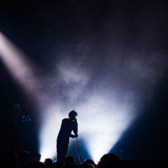 Georgio 06-02-2012 (Nikon D4S - 70.0-200.0 mm f/2.8) C'est un artiste qui marche beaucoup auprès des jeunes, il a fait un featuring avec Nekfeu. Sur son entrée en scène, il y avait une lumière très masquée, j'aimais la silhouette qu'elle formait. Quand les conditions me le permettent, j'aime donner un côté moins classique à mes clichés.