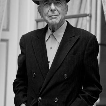 Leonard Cohen 16 01 2012 (Nikon D3S - 24.0-70.0 mm f/2.8) C'était au Crillon, lors d'une présentation d'un album à la presse, dans le cadre d'un photo-call. On était plusieurs photographes, il n'y avait rien d'exclusif. J'ai essayé d'isoler le contexte du photo-call pour proposer quelque chose qui ressemble plus à un portrait. C'est aussi un choix de l'artiste. Quelqu'un de la stature de Léonard Cohen ne va pas forcement se prêter au jeu d'une session, et il n'en a pas forcément besoin non plus.