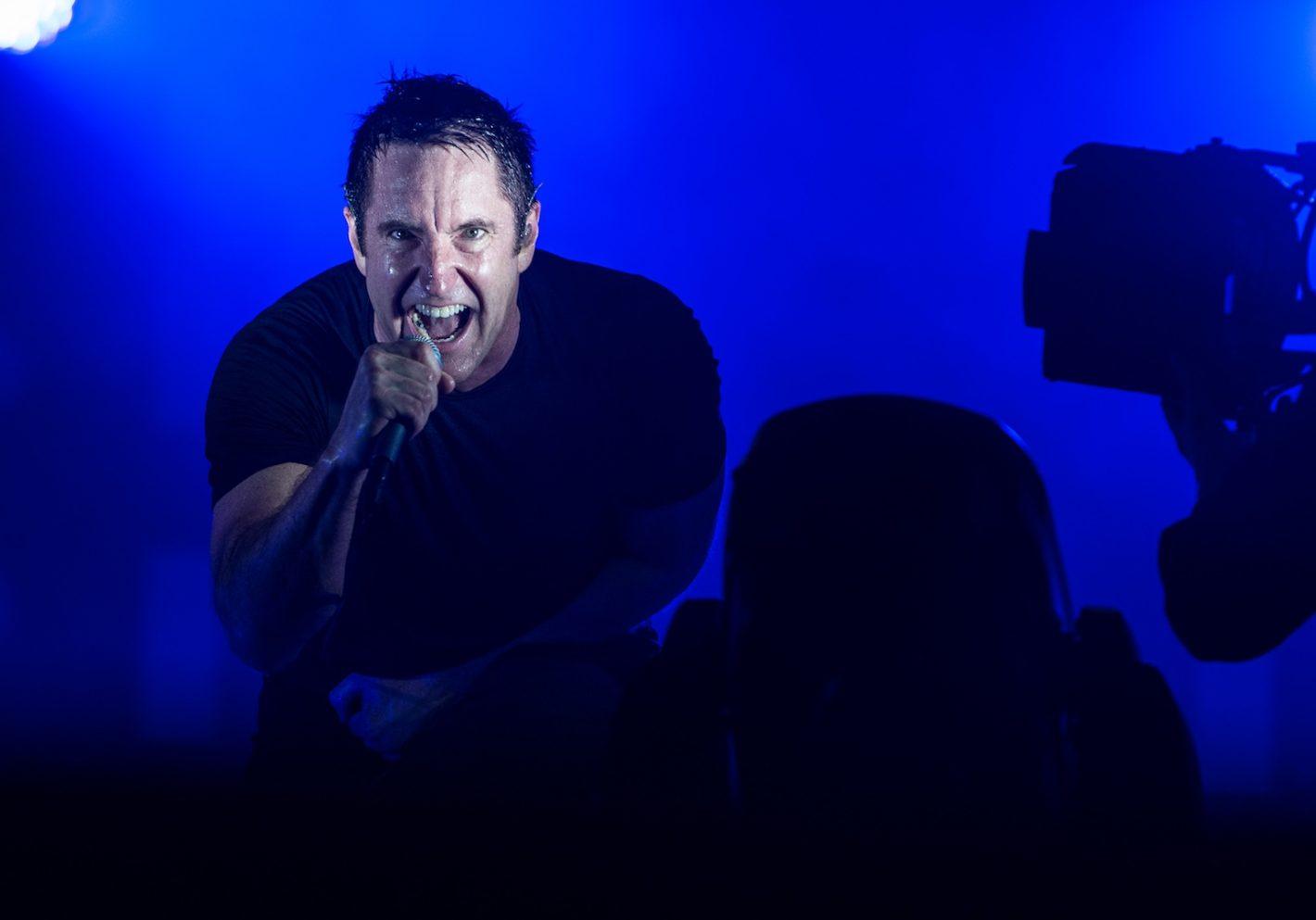 Nine Inch Nails (NIN), Festival Rock en Seine, 24 août 2013 (Nikon D4 - 70.0-200.0 mm f/2.8) - NIN est un groupe dont je suis fan depuis très longtemps. C'était la première fois que je shootais Trent Reznor. Je me suis mis doublement la pression. L'atmosphère est très froide, impersonnelle. Trent Reznor, en terme de lumière a une idée bien arrêtée de ses shows. Son designer scénique, Rob Sheridan, est aussi très pointilleux. Il y a beaucoup de strobes. Cela donne des conditions de lumières très fugaces et violentes. J'étais assez hypnotisé par la personne : il y a une symétrie, un regard, une violence qui reflète bien le style musical de NIN.