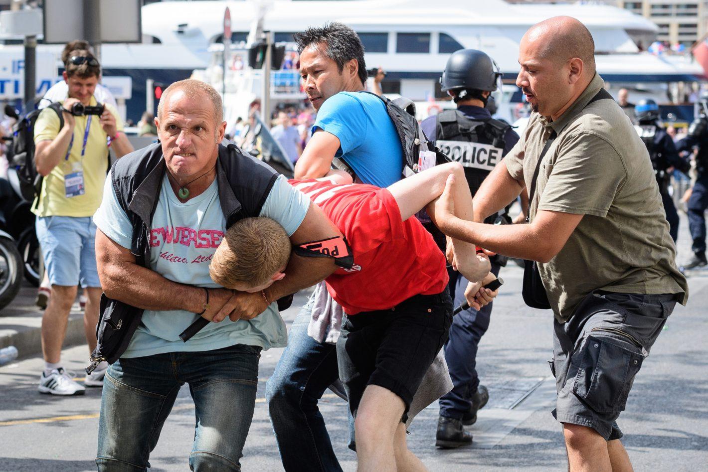Brigade d'intervention de la police arrêtant un supporter anglais à Marseille. Leon Neal, ambassadeur britannique de Nikon. Nikon D5 + 70-200 mm f/2.8 @ f/7.1   70,0 mm   1/2000 s   800 ISO © Leon Neal www.leonneal.com