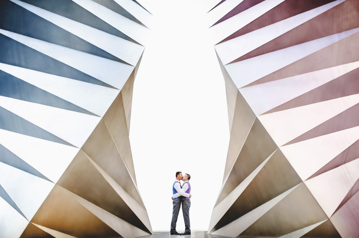 Un couple s'embrasse sur une photo prise avec l'objectif préféré de Ross, un 35 mm f/1.4G. « Je suis un inconditionnel du 35 mm » déclare-t-il. D3S, AF-S NIKKOR 35 mm f/1.4G, ISO 800, 1/250 sec @ f/2.8