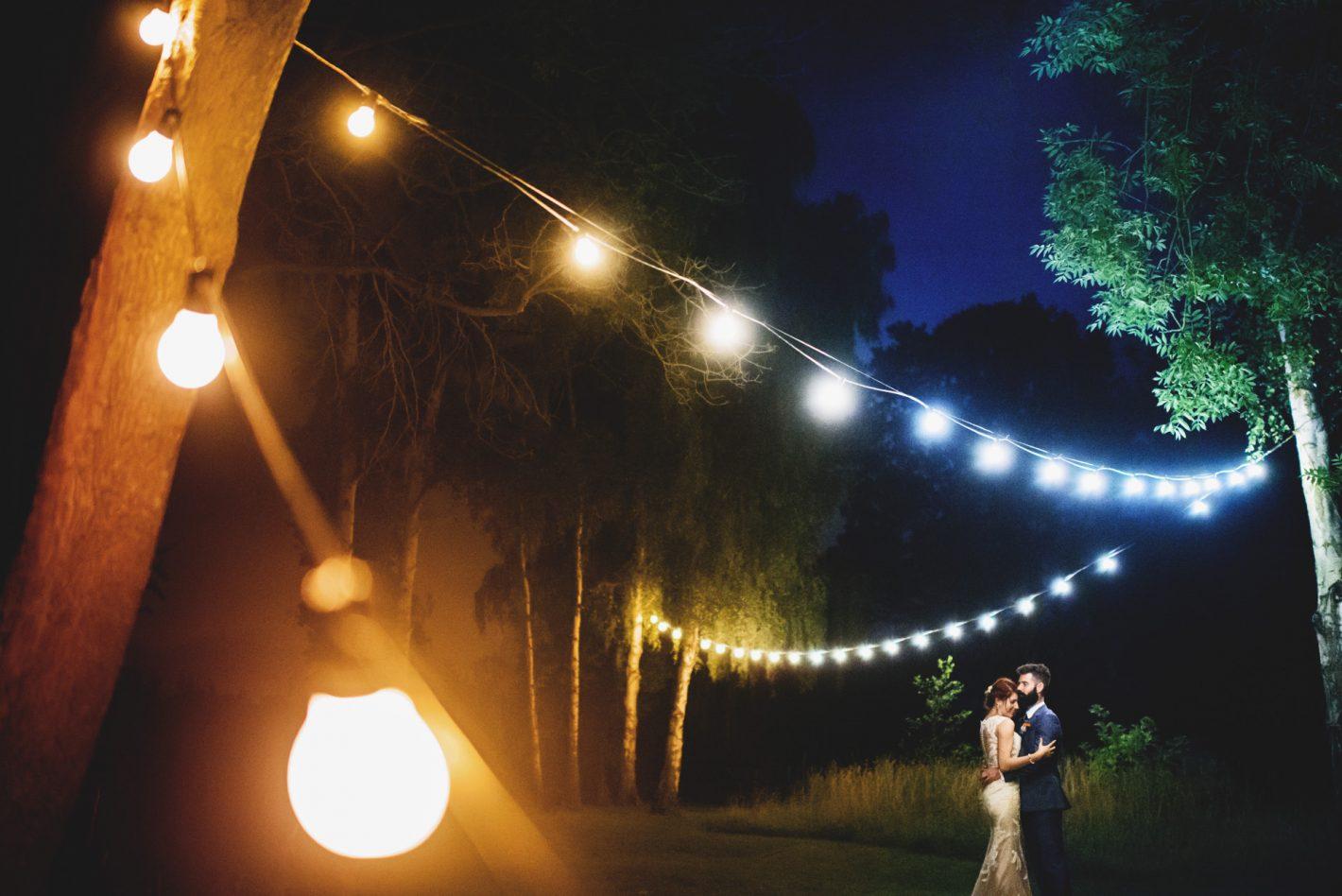 Une dernière danse intime à la fin d'un mariage. Cette photo illustre parfaitement les possibilités offertes par l'extraordinaire D750. D750, AF-S NIKKOR 35 mm f/1.4G, ISO 12800, 1/80 sec @ f/1.4