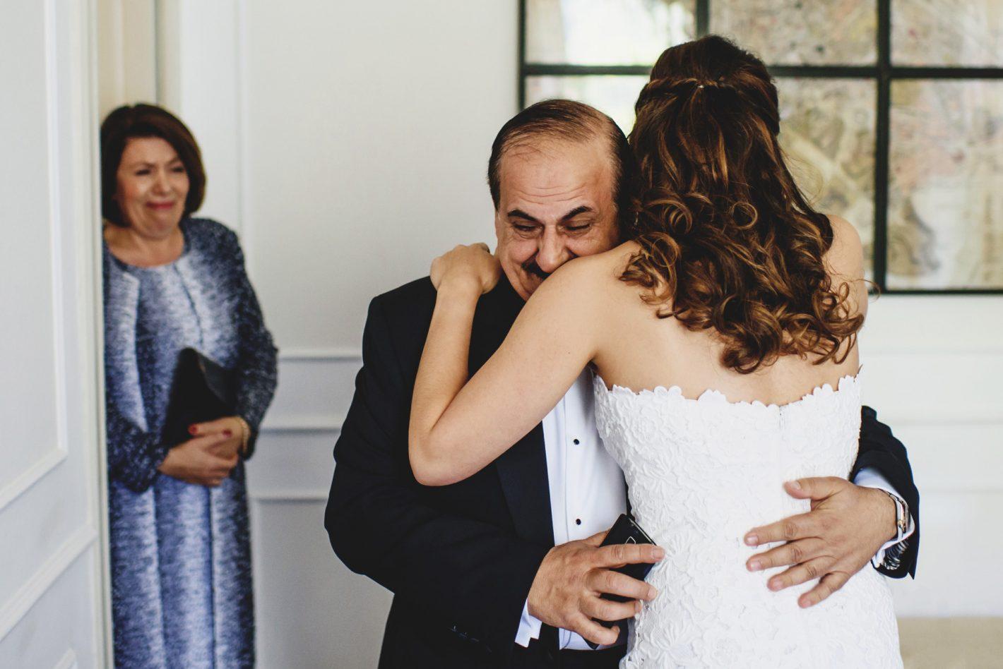 Le père et la mère de la mariée découvrent leur fille juste avant la cérémonie. D750, AF-S NIKKOR 35 mm f/1.4G, ISO 1000, 1/250 sec @ f/2