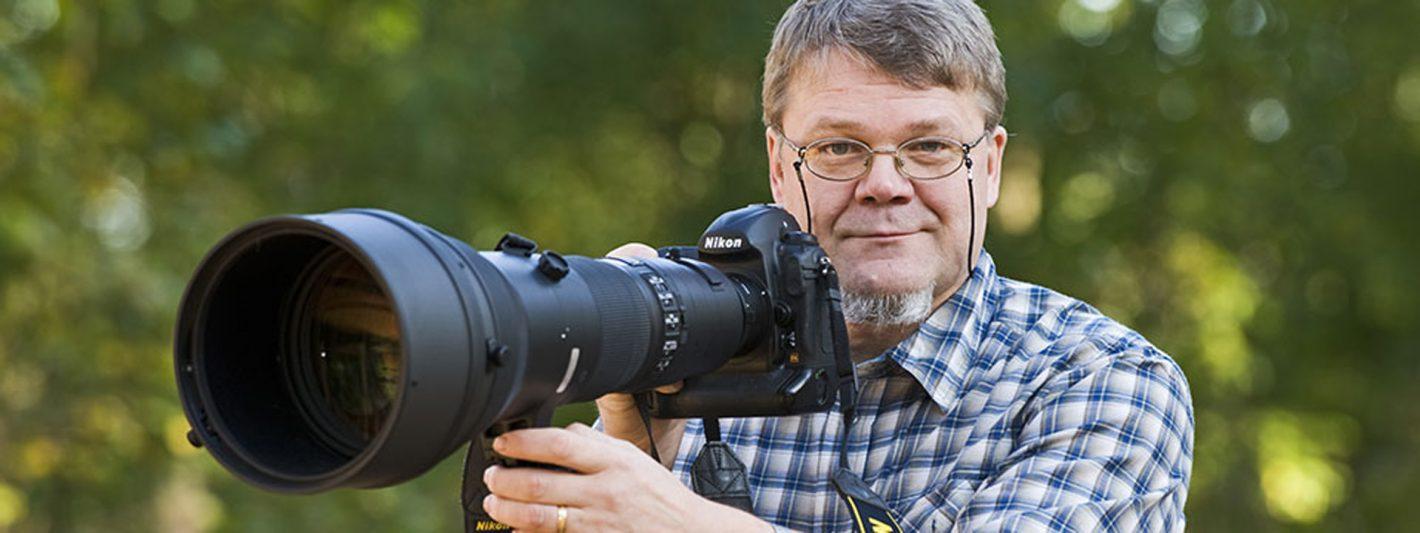 Lassi Rautiainen : photographe de nature, gardien de la nature finnoise, de ses ours, gloutons et loups. Il loue 16 cachettes photo à des clients du monde entier, venus observer et photographier la nature.