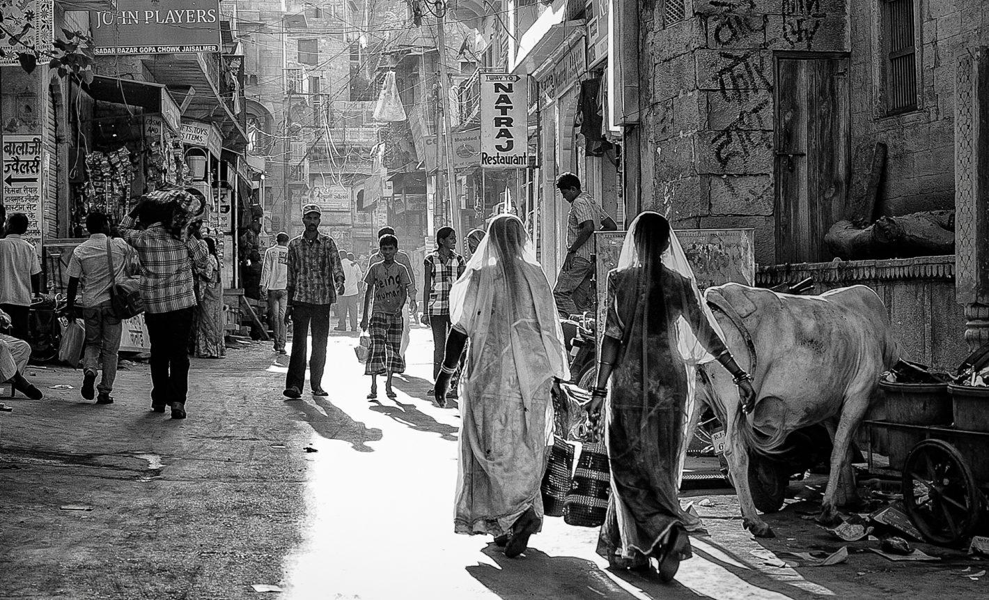 Nikon Voyages Scène de vie quotidienne d'une fin de journée dans les rues de la jolie ville de Jaisalmer en Inde, entre tradition et modernité.