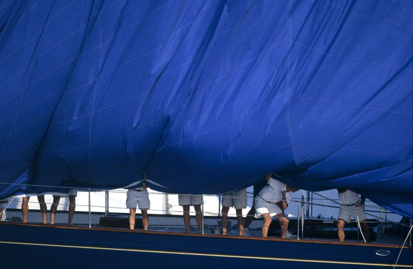 St-Tropez - Nioularge - Affalage d'un spi sur un voilier classique - Nikon F3