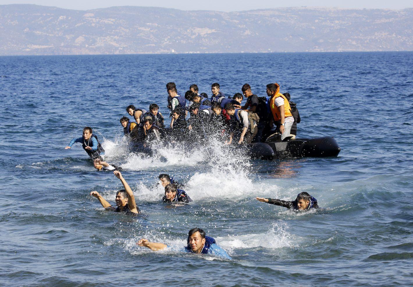 Après avoir traversé la Mer Egée depuis la côte turque, des réfugiés Afghans et Syriens luttent pour nager vers les côtes après que leur radeau au moteur cassé ait dérivé au large de l'île grecque de Lesbos. 19 septembre 2015 - REUTERS/Yannis Behrakis