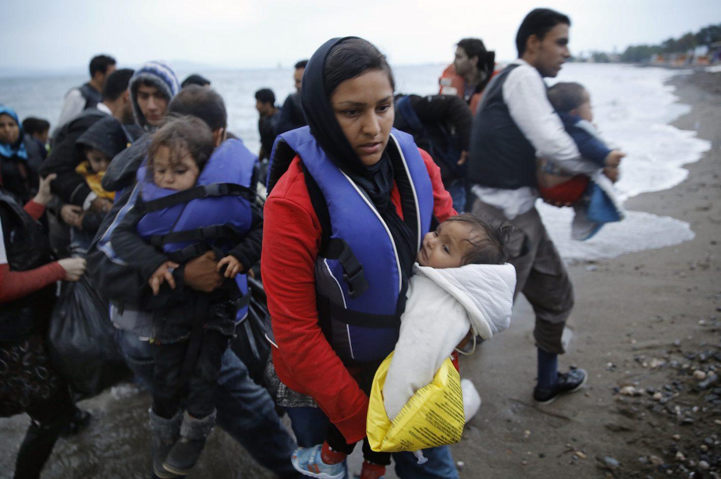 Des migrants afghans débarquent sur une plage de l'île grecque de Kos, après avoir traversé à bord d'un zodiac la partie sud-est de la Mer Egée située entre la Turquie et la Grèce - 27 mai 2015 - REUTERS / Yannis Behrakis