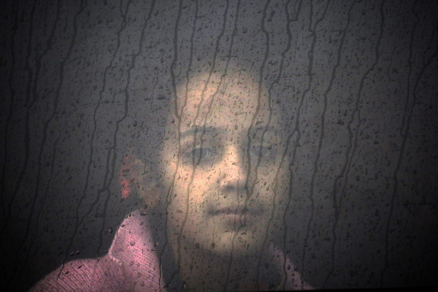 Une jeune réfugiée Syrienne se trouve dans un bus au camp éphémère d'accueil de l'île de Lesbos. 21 octobre 2015 - REUTERS/Yannis Behrakis