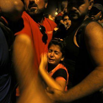 Une enfant réfugiée syrienne en larmes, comprimée par le poids de la foule des migrants qui tentent de progresser - Frontière gréco-macédonienne / village d'Idomeni - 7 Septembre 2015. REUTERS / Yannis Behrakis