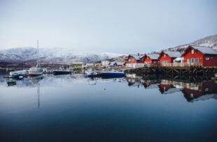 """La carte postale n°8 de BestJobers : """"Rouge Norvège"""""""