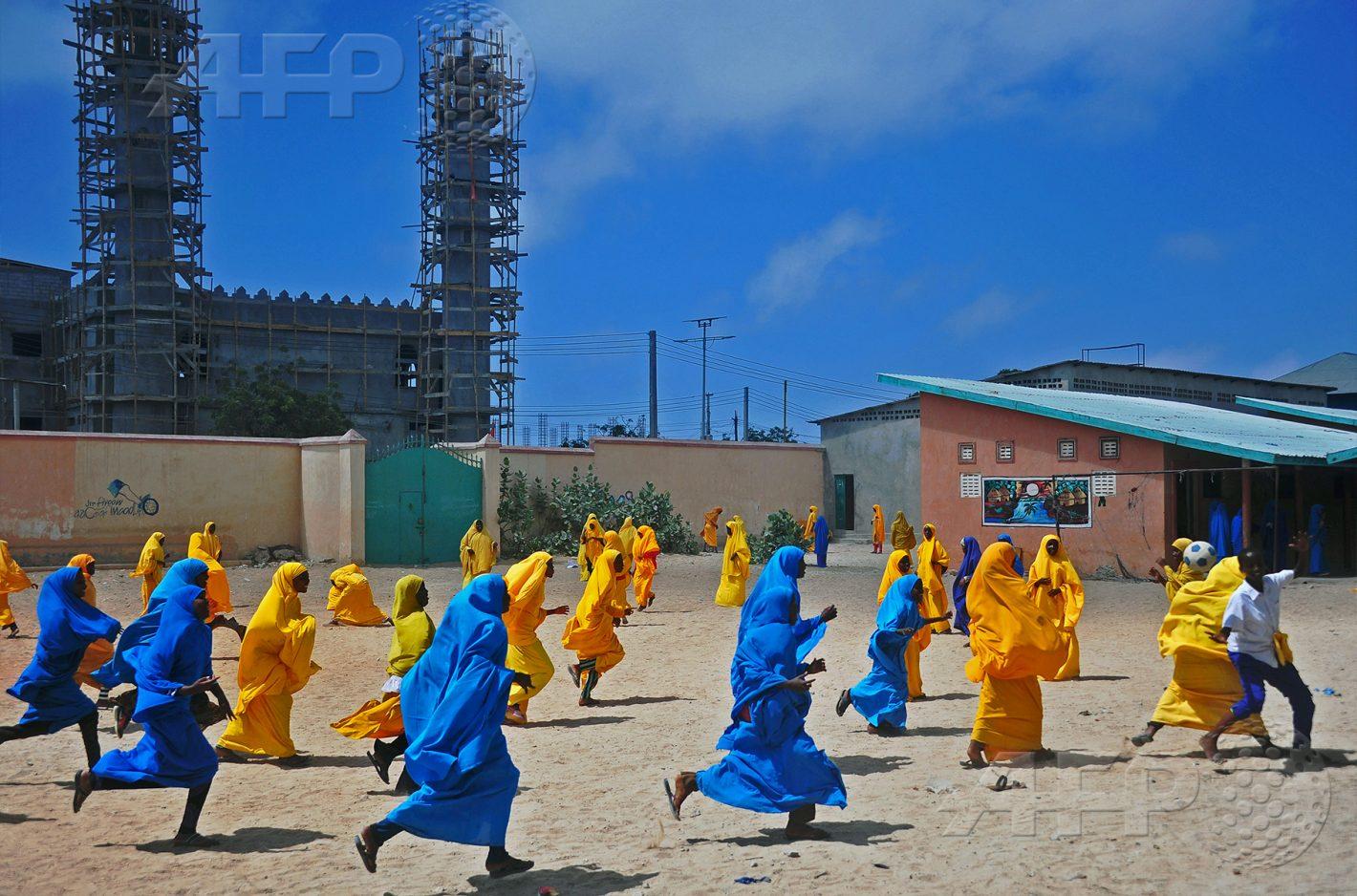 AFP 13 / SOMALIE 5 octobre 2016 - Mogadiscio, Somalie - Des écolières jouent au football lors de la pause déjeuner dans la cour de l'école primaire de Howlwadag, au sud de la capitale. AFP / MOHAMED ABDIWAHAB