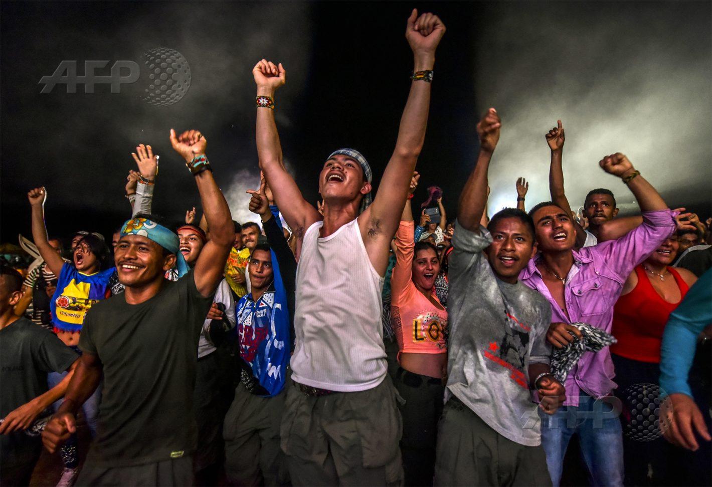 AFP 15 / COLOMBIE 21 septembre 2016 - Llanos del Yari, Colombie - Des membres des Forces Armées Révolutionnaires de Colombie dansent à l'occasion d'une manifestation culturelle dans leur campement. AFP / LUIS ACOSTA