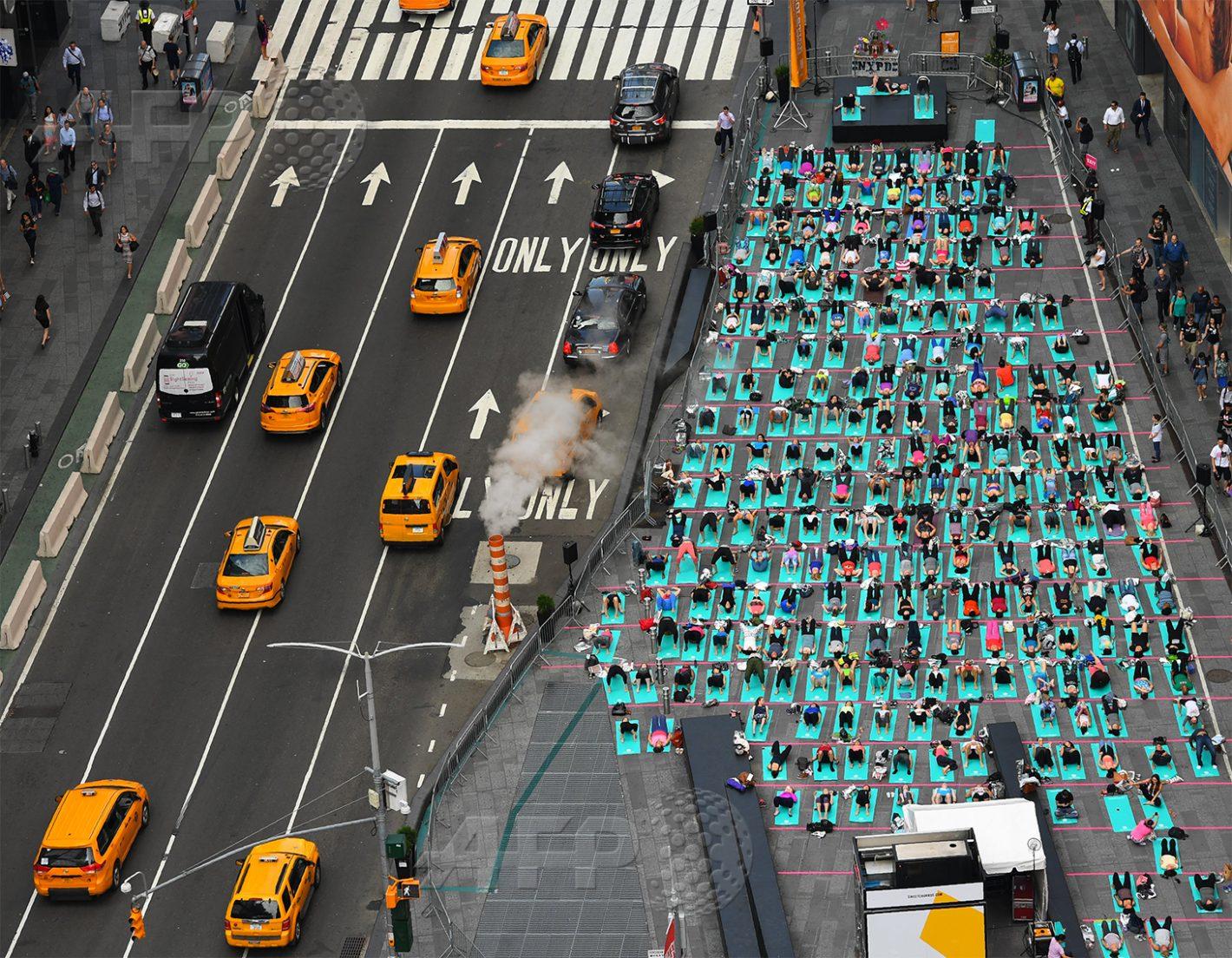 AFP 3 / ÉTATS-UNIS 21 juin 2017 - New York, États-Unis - Des pratiquants assistent au 15e festival annuel de yoga à Times Square, qui célèbre à la fois le solstice d'été et la journée internationale de la discipline. AFP / TIMOTHY A. CLARY