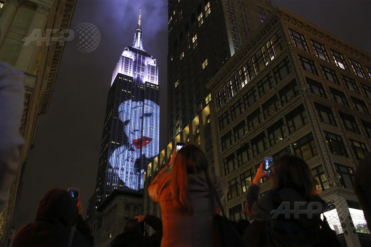 AFP 7 / ÉTATS-UNIS 19 avril 2017 - New York, États-Unis - Des images sont projetées sur l'Empire State Building pour célébrer le 150e anniversaire du magazine Harper's Bazaar. AFP / KENA BETANCUR