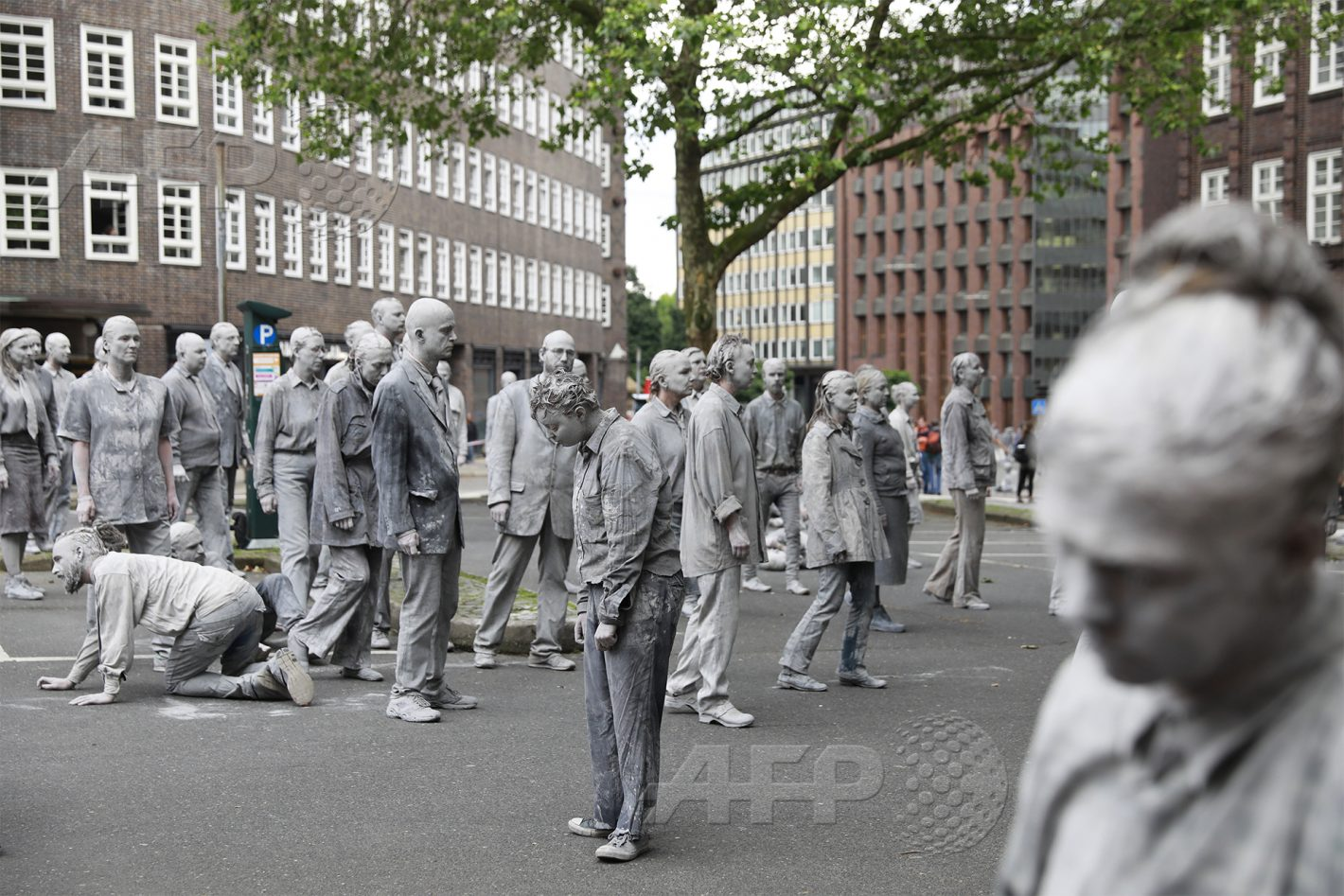 AFP 9 / ALLEMAGNE 5 juillet 2017 - Hambourg, Allemagne - Des figurants recouverts de glaise réalisent une performance artistique appelée « 1000 Gestalten » pour protester contre la tenue du G20. Plus de 100 000 activistes anti capitalistes, dont des milliers d'extrémistes de gauche, sont attendus dans la ville. AFP / ODD ANDERSEN