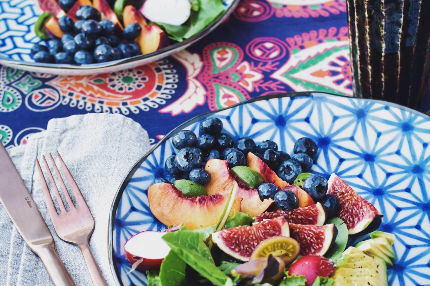 Salade d'été avec baies et avocat Nikon D3400 @ 1/80s f/5.6 /ISO 200/ 35mm/ 35.0mm f/1.8. Traitée avec VSCO avec f2 préréglé ©tastyasheck