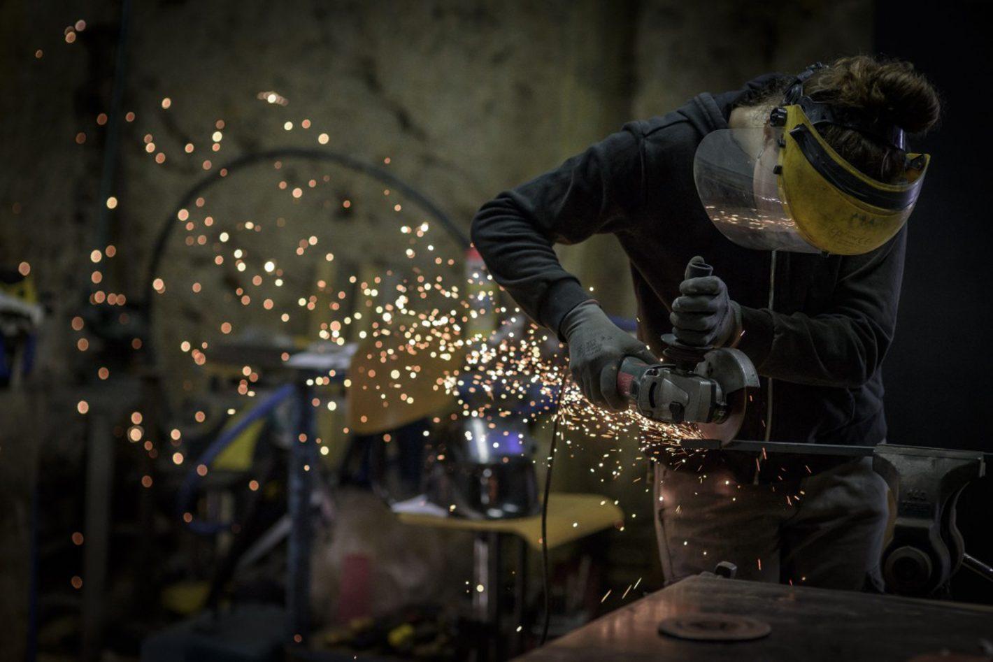Clotilde AUDROING PHILIPPE - A 25 ans, Manuela a choisi le métier de métallier. Un choix ambitieux pour une femme dans un milieu très masculin. Une femme passionnée et, par là même, engagée à faire évoluer la société. Une femme de l'ombre, comme tant d'autres qui par leurs actions font