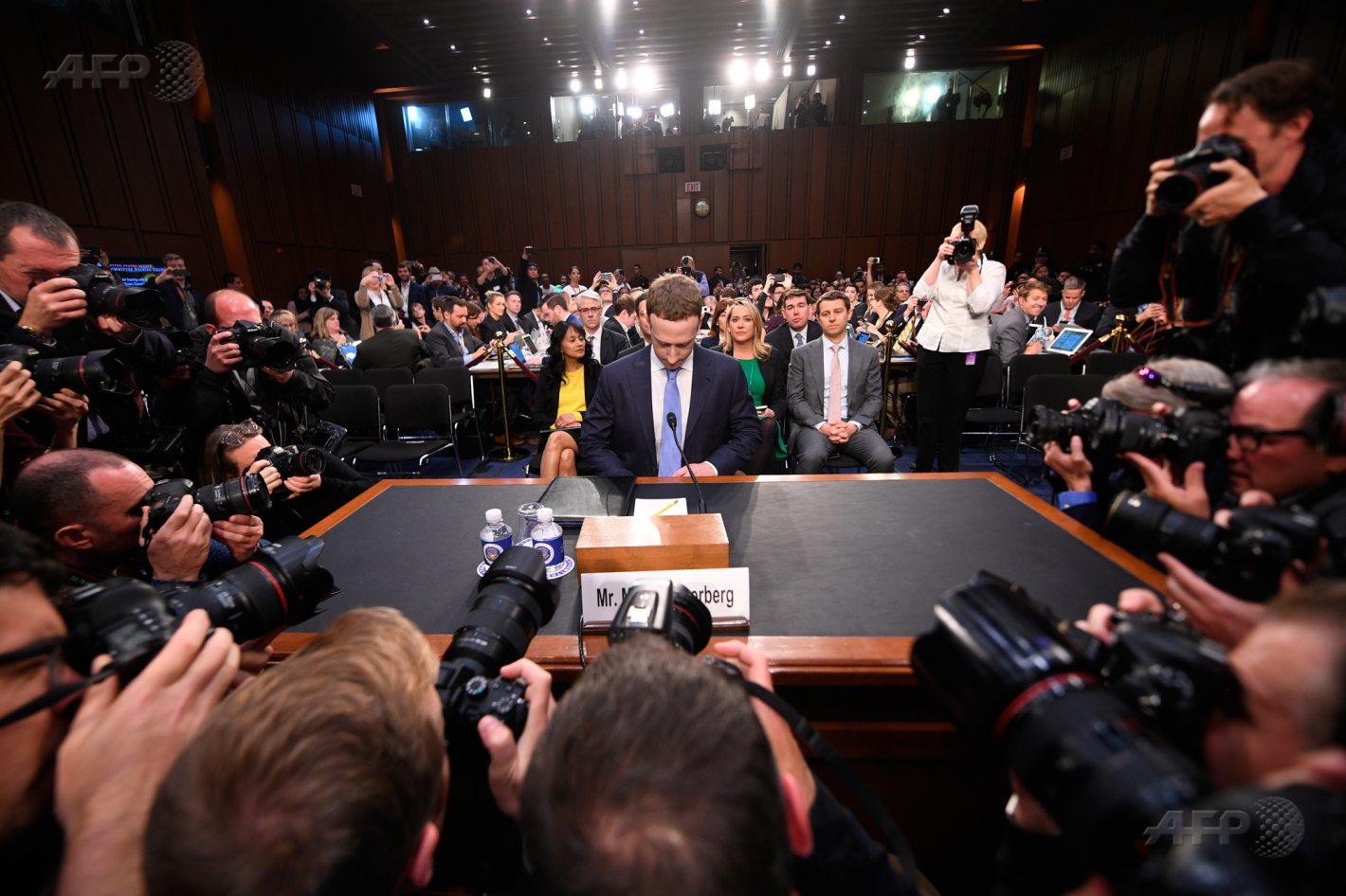 10 avril 2018 – Washington – Le patron de Facebook, Mark Zuckerberg s'apprête à témoigner devant les comités du Commerce, des Sciences et des Transports ainsi que du comité de la magistrature du Sénat au Capitole. AFP / JIM WATSON