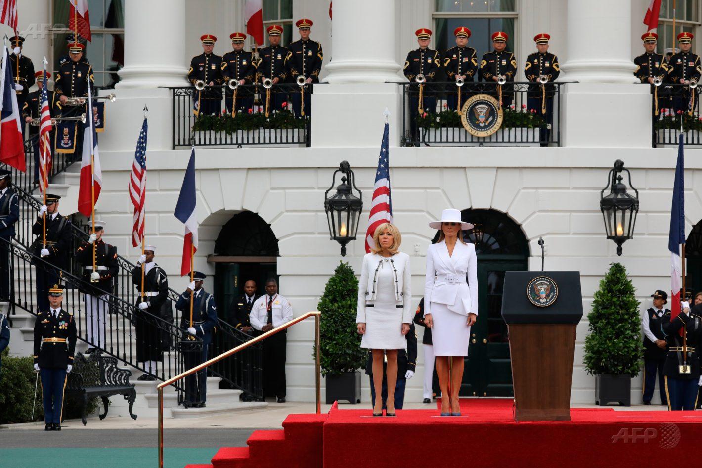 24 avril 2018 – Washington - Brigitte Macron et Melania Trump (D), se tiennent sur le podium durant une cérémonie à la Maison Blanche. AFP / Ludovic MARIN