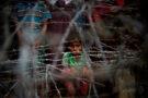 """25 avril 2018 – district de Maungdaw, Birmanie - Des réfugiés rohingyas se rassemblent dans le """"no man's land"""" au-delà de la frontière birmane, derrière des barrières de fil barbelé dans le district de Maundgaw, dans l'Etat de Rakhine qui jouxte le Bangladesh. AFP / Ye Aung THU"""