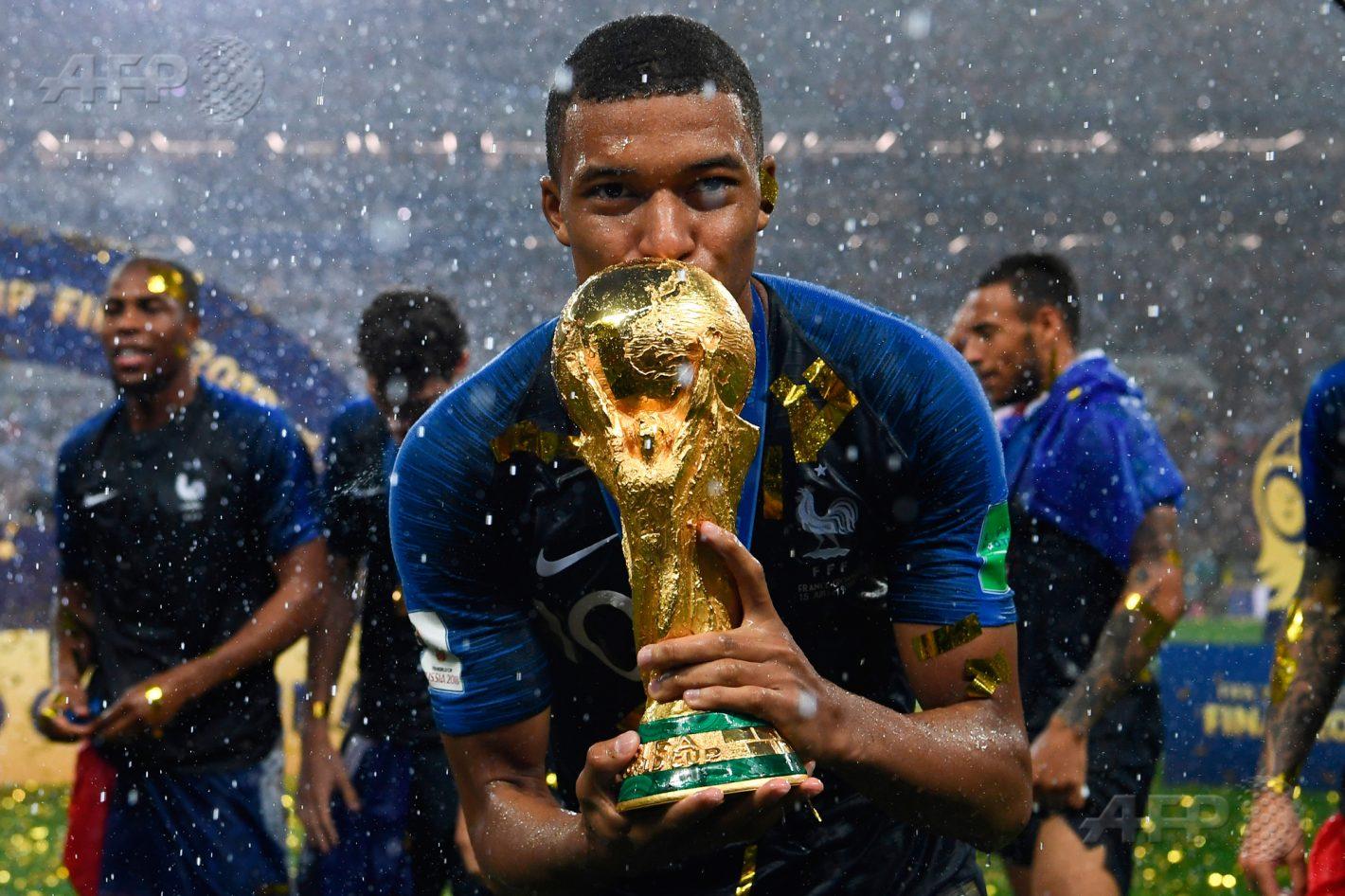 15 juillet 2018 – Moscou - L'attaquant français Kylian Mbappé embrasse le trophée de la Coupe du monde de football suite à la victoire de la France sur la Croatie lors de la finale au stade Luzhniki. AFP PHOTO / FRANCK FIFE