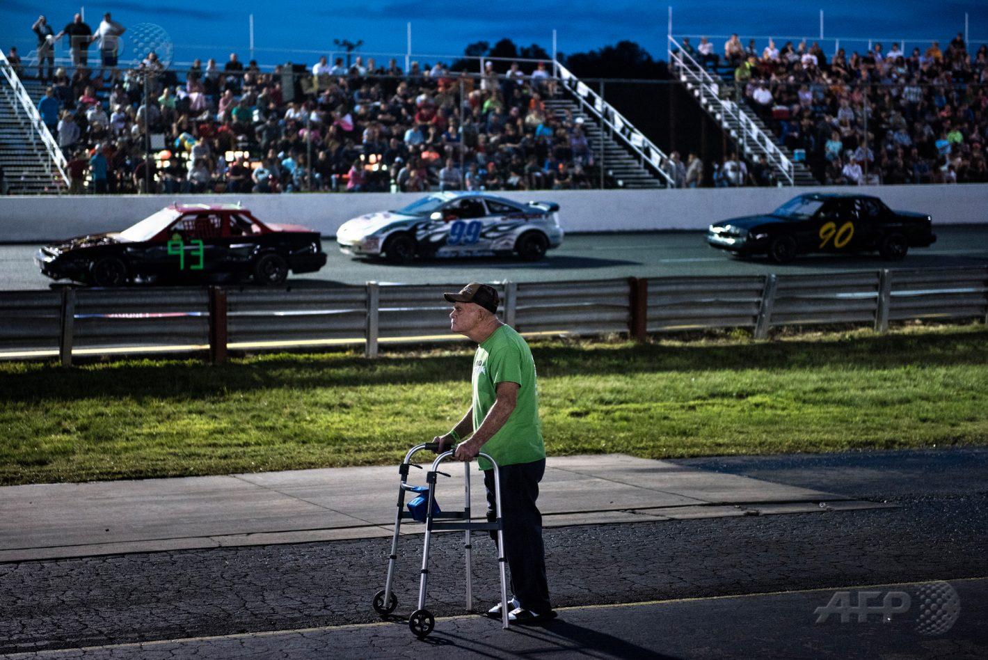 19 mai 2017 – Altamahaw, Caroline du Nord - Un homme assiste à une course sur le circuit d'Ace Speedway dans le comté d'Alamance. AFP PHOTO / BRENDAN SMIALOWSKI