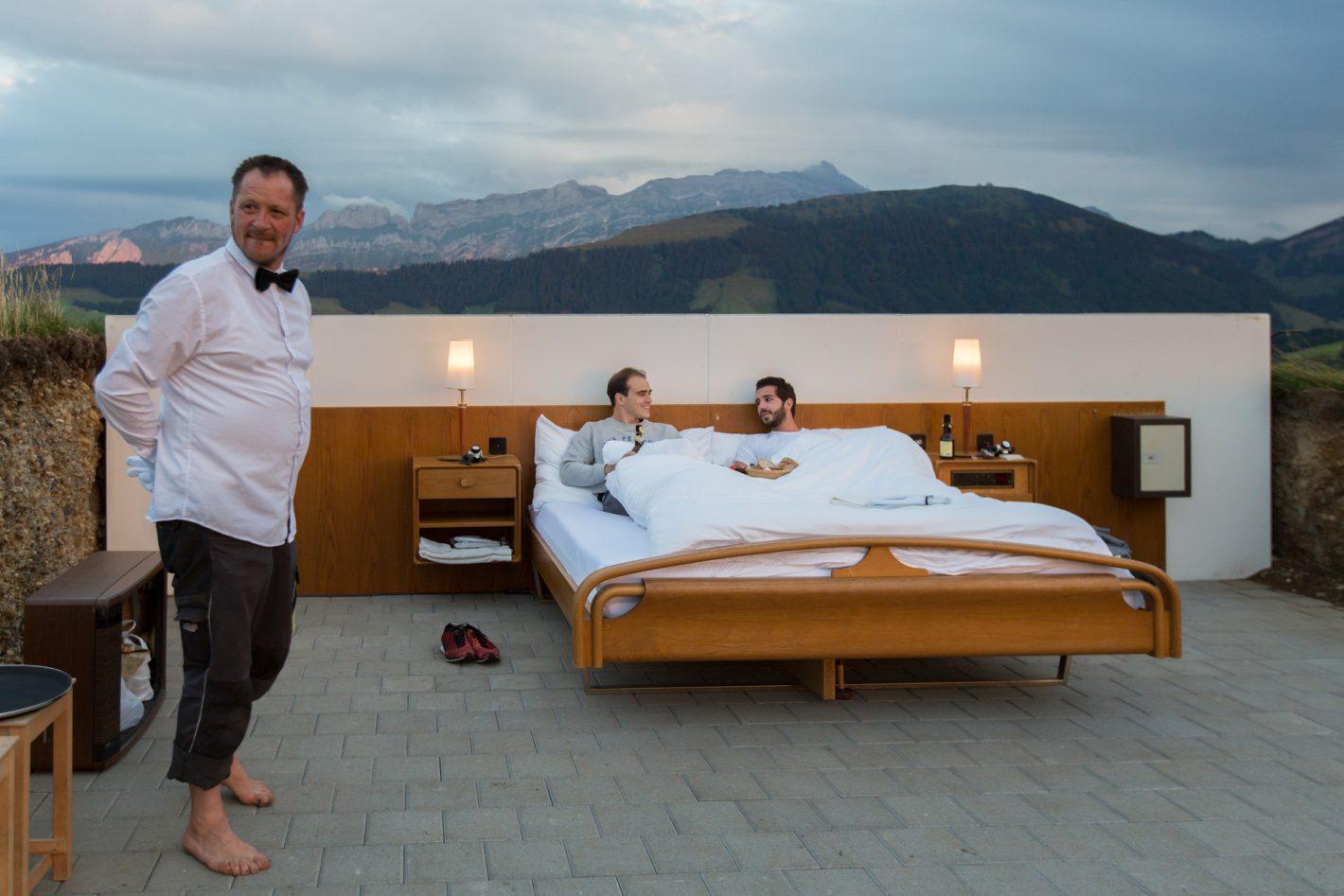 En Appenzell, 2 artistes conceptuels, Frank et Patrik Riklin, créent en partenariat avec l'hôtelier Daniel Charbonnier un nouveau concept d'hôtel de luxe : une chambre sans nuit ni toit. Le