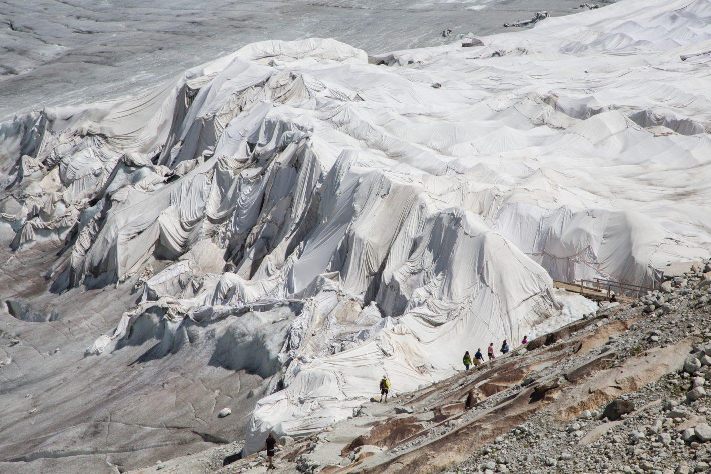 Le glacier du Rhône est recouvert de bâches depuis quelques étés pour protéger sa grotte glaciaire. Il fond en effet de plusieurs mètres par an et disparaîtra complètement d'ici quelques dizaines d'années.