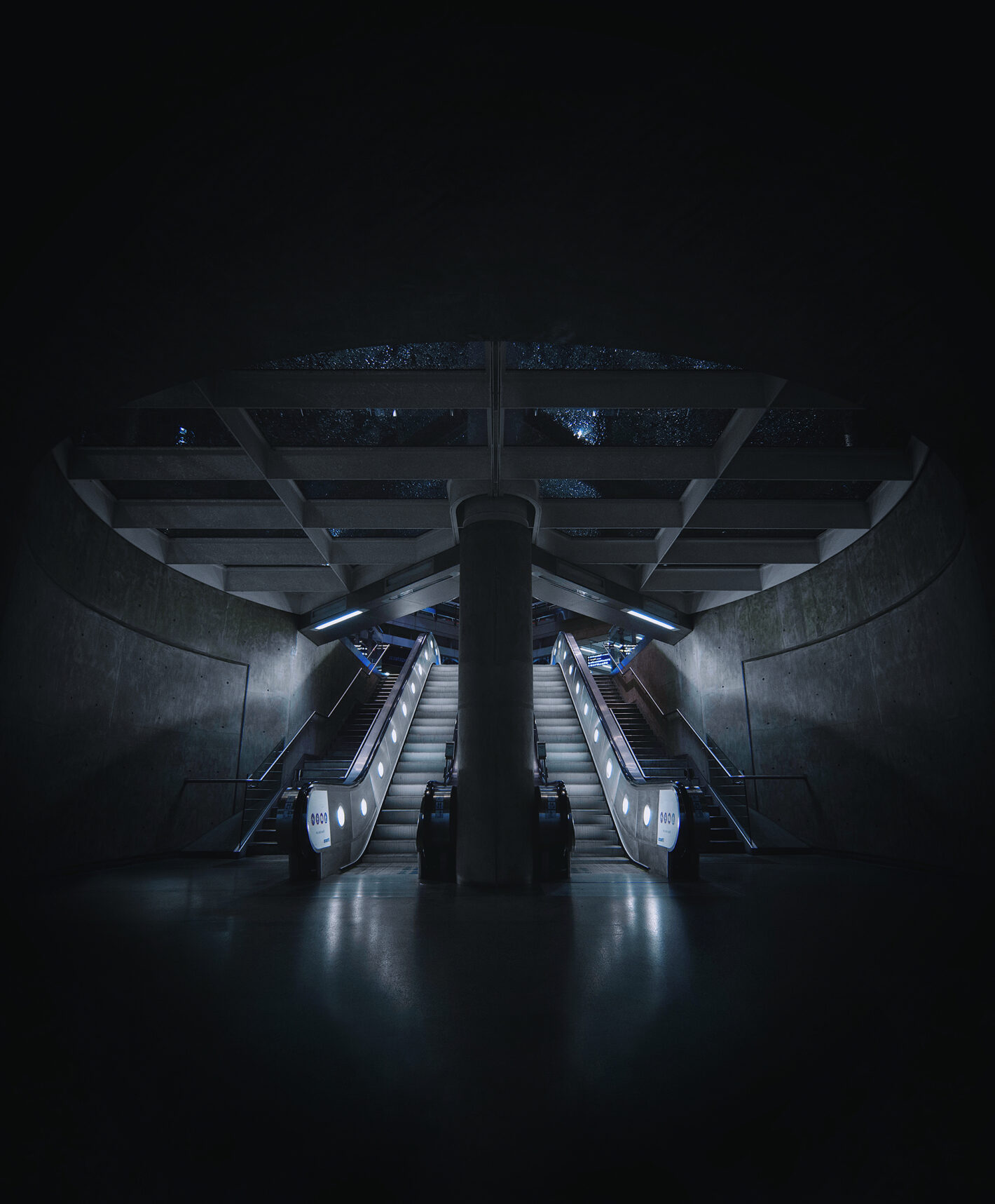 Les clichés futuristes de l'architecture du métro londonien de Max Vassiades