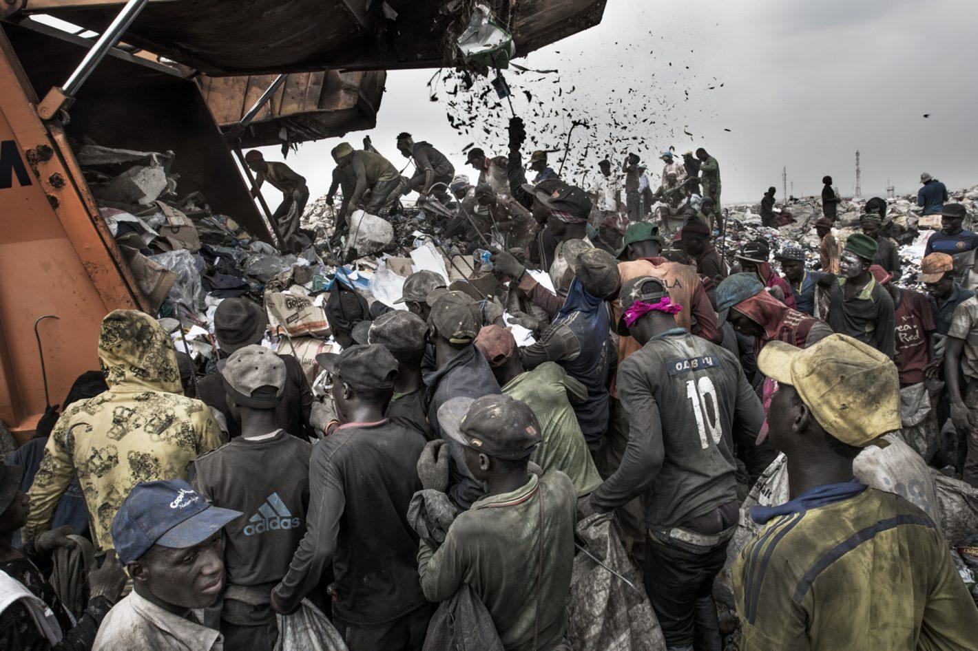 Des habitants de Lagos fouillant une benne à ordures. Photo prise avec le D500 + AF-S NIKKOR 17-35mm f/2.8D IF-ED | 1/250 s | f/13 | ISO 160 | © Kadir van Lohuizen
