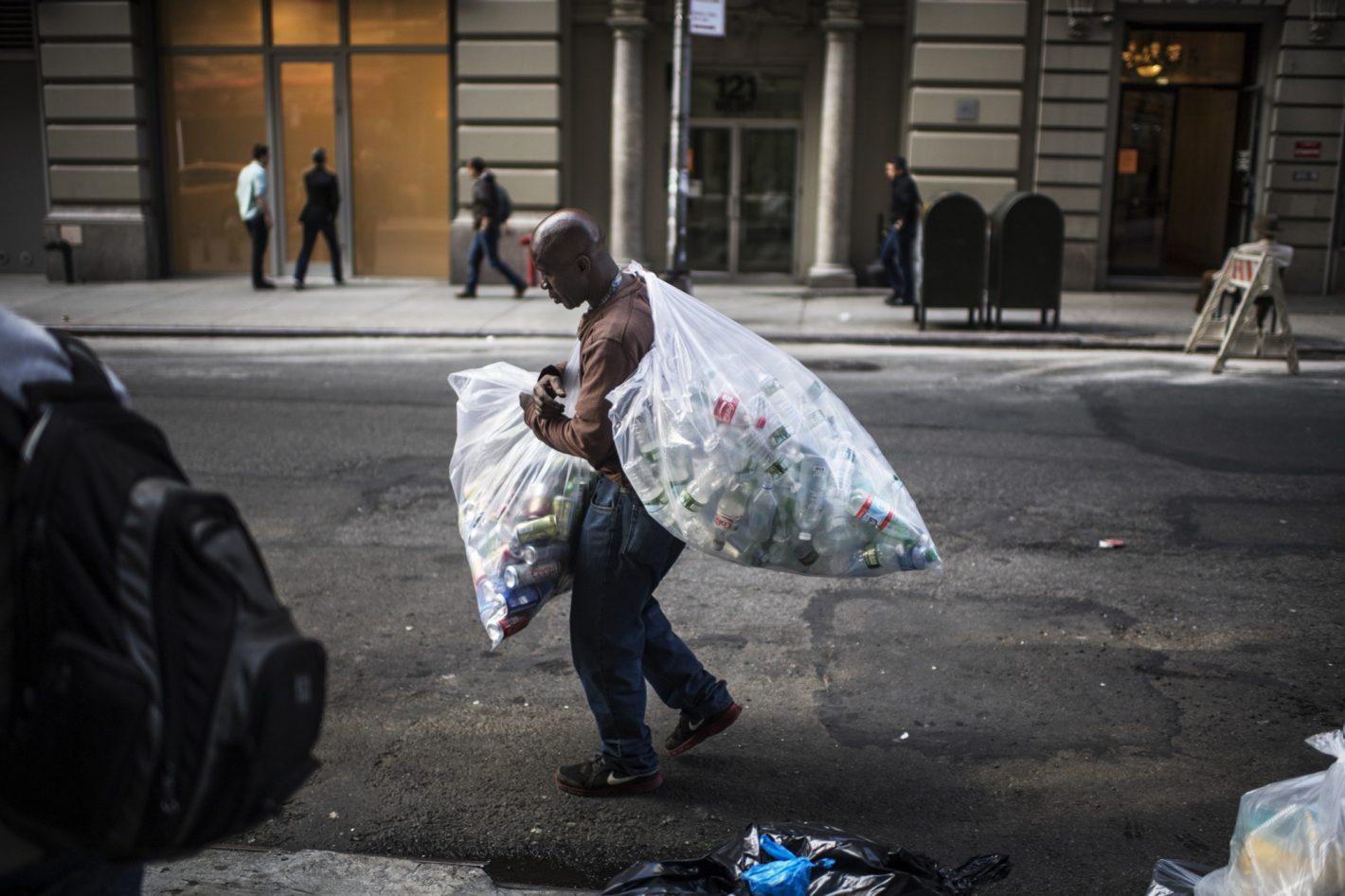 Un homme gagnant sa vie à New York en ramassant des bouteilles en plastique – photo prise avec le D5 + AF-S NIKKOR 35mm f/1.4G | 1/1250 s |f/1.4 | ISO 250 | © Kadir van Lohuizen