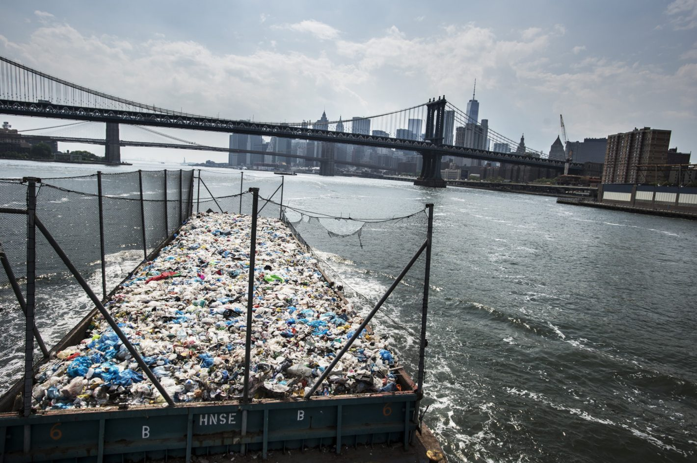 Récolte et délocalisation des déchets plastiques new yorkais vers les États voisins – photo prise avec le Nikon Df + AF-S Zoom-NIKKOR 17-35mm f/2.8D IF-ED | 1/2500 s | f/5.6 | ISO 160 | © Kadir van Lohuizen