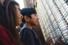 Un jeune mexicain parle avec sa mère à travers le mur séparant le Mexique des Etats-Unis à San Diego, Californie, mai 2017