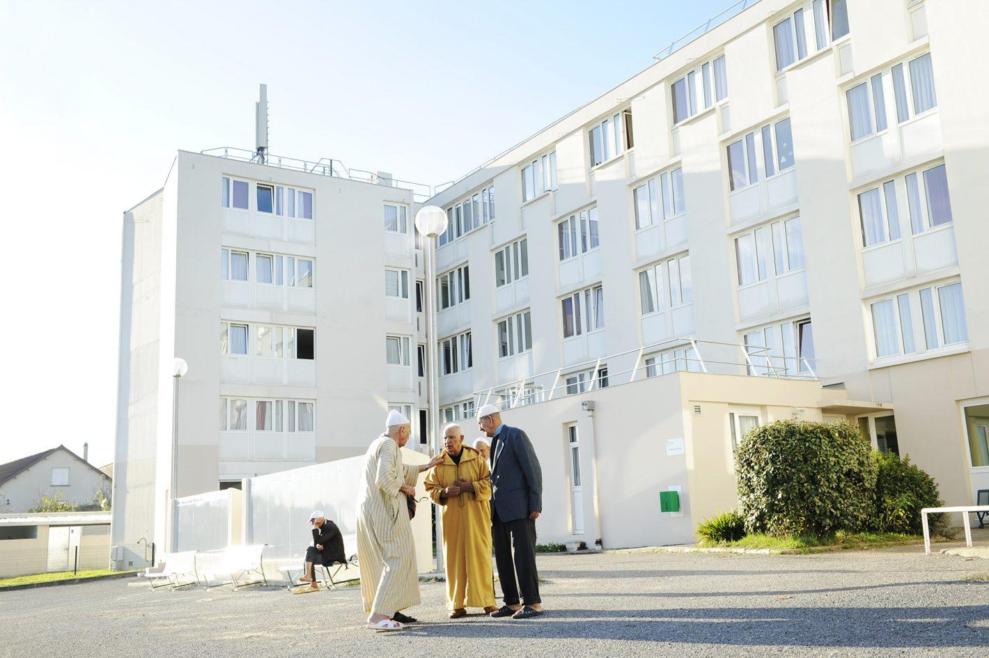 Il y a 60 ans, le 9 août 1956, naît la Société Nationale de Construction pour les Travailleurs Algériens, la Sonacotral. Sa fonction est de construire des foyers pour les travailleurs migrants algériens qui vivent dans des bidonvilles comme ceux de Nanterre. Les structures se veulent provisoires, on pense alors que les travailleurs repartiront vivre en Algérie. Bien au contraire, durant ces 60 ans les missions de la société ne vont cesser de se multiplier. Rebaptisée Adoma en 2007, elle gère aujourd'hui 167 Foyers de Travailleurs Migrants, 369 Résidences sociales et 169 Centres d'Accueil de Demandeurs d'Asile. Foyer de Travailleurs Migrants Adoma de Limoges, 12 novembre 2015.