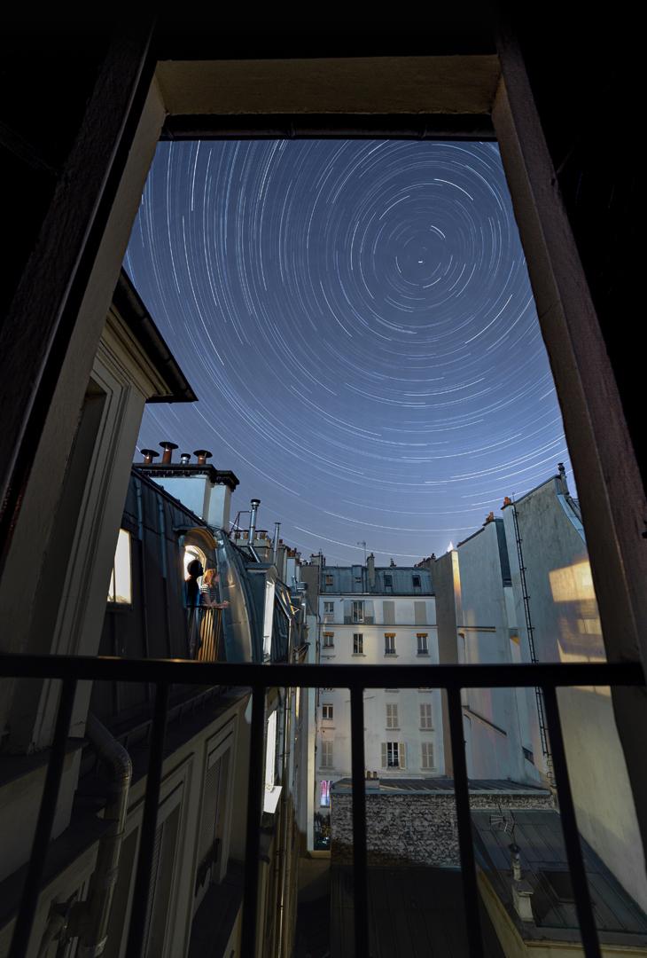 1er Prix In Town - Prix des Adhérents - Fenêtre sur Cosmos (en référence à Fenêtre sur Cour) pendant le confinement, Paris, 7 mai 2020. Canon EOS 6D, 14mm, 30sec, 269 images, 160iso, f6.3
