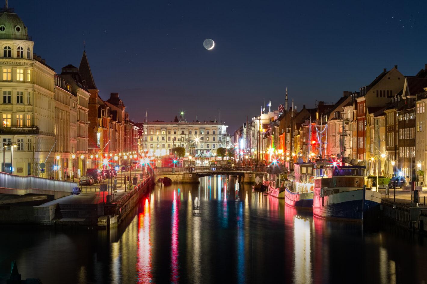 Waxing crescent Moon over Nyhavn, Copenhagen, Danmark. Canon 5DIII, 70-300mm, 20sec et 3.2sec, 2 images, 400iso, F16 et F4
